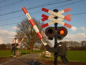 Spritverbrauch im Leerlauf kann gesenkt werden wenn man an Bahnübergängen den Motor abstellt. Nach StVO drohen sogar Bußgeldern wenn man dieses nicht tut.