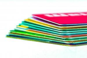 TankkartenEs gibt verschiedene Tankkarten, so kann man mit Kreditkarten beim Tanken sparen, Bonuspunkte mit Kundenkarten sammeln oder mit Flottenkarten können Firmen und Geschäftsskunden bargeldlos tanken.