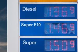 Zusammensetzung des Benzinpreises besteht aus vielen einzelnen Komponenten von denen Steuern den größten Prozentteil ausmachen.