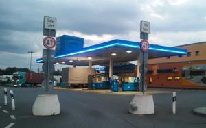 Eine Aral-Tankstelle am Autohof am Abend.
