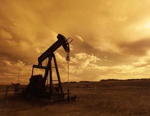 Die Tiefpumpe förder Erdöl an die Erdoberfläche. Erdöl ist als Bestandteil von Plastik und Benzin nicht mehr aus dem Alltag wegzudenken.