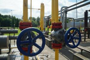 Erdgas an den Tankstellen gelangt über das Erdgasnetz an die Zapfsäulen und wird nicht separat angeliefert wie bei Autogas, Benzin oder Diesel.