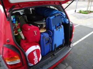 Mehr Ladung im Auto bedeutet einen höheren Spritverbrauch. 100 kg schlagen mit etwa 0,3 Liter auf 100 km zu Buche. Hier kann man also Sprit sparen.