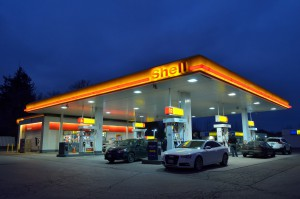 Shell-Tankstelle am Abend.