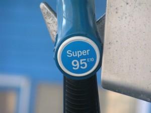 Super E5 wird an der Tankstelle von den meisten Autofahrern dem günstigeren Super E10 vorgezogen. Gründe hier für sind Bedenken über die Motorverträglichkeit und geringe positive Effekte für die Umwelt.