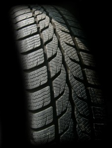 Bestimmte Fahrzeuge müssen Reifen mit einem Geschwindigkeitsindex von mindestens Q haben. Die gesetzlich vorgeschriebene Profiltiefe liegt bei 1,6 für PKW und LKW. Motorräder dürfen auch nur 1 mm haben.