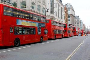 Bei Touristen sehr beliebt die bekannten roten Londoner Doppeldeckerbusse Typ AEC Routemaster mit offenem Heckeinstieg und Treppe hinten und Motorform als Stadtbus.
