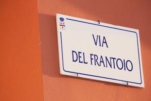 Viele Schilder in Italien tragen andere Farben als bei uns. Auch die Kenntnis der italienischen Aufschriften ist hilfreich.