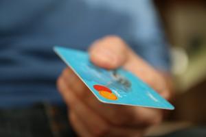 BeimTanken in den USA ist es durchaus üblich vorab die Kreditkarte an der Kasse zu hinterlegen.