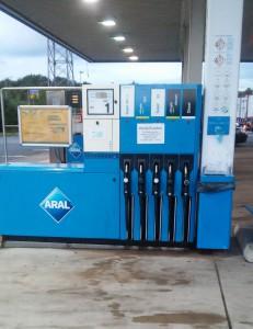 Moderner Multidespenser an einer Aral-Tankstelle ermöglicht das Tanken von 5 verschiedenen Kraftstoffsorten an einer Zapfsäule.