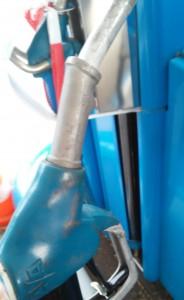 Legt man den kleinen Hebel im unteren Bereich der Zapfpistole um, kann man die Pistole während des Tankens los lassen.