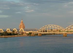 Die Daugava Brücke in Riga.