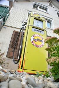 Aktuelle Benzinpreise sind aufgrund des geringen Ölpreises derzeit in den meisten europäischen Ländern niedrig zu Urlaubsbeginn.