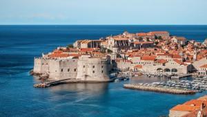 Dubrovnic wird auch als Perle der Adria bezeichnet und bietet von der Stadtmauer aus eine herrliche Aussicht auf Stadt und Meer.