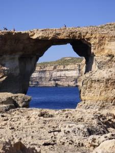 Ein Felsensenfenster auf Gozo bei Dwerja.
