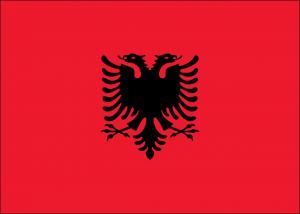 Die albanische Flagge. Beim Tanke in Albanien gibt es andere Bezeichnungen für die Kraftstoffe.