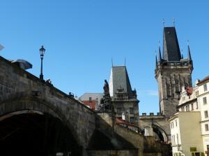 Die bekannte Karlsbrücke in Prag.