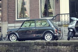 Ein Mini in Amsterdam mit dem typisch gelben holländischen Kennzeichen.
