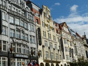 Der Neumarkt von Prag bietet auch architektonisch einiges.