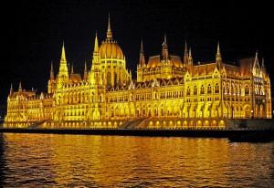Das Parlamentsgebäude bei Nacht in Budapest.