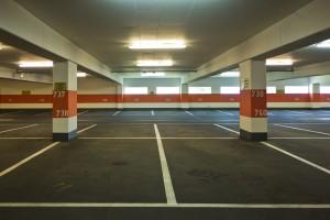 Die StVO gilt nicht zwangsläufig auf Parkplätzen und in Parkhäusern.