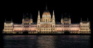 Das Parlamentsgebäude in Budapest am Abend.