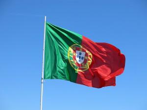 Die portugiesische Flagge, auch beim Tanken gelten andere Kraftstoffbezeichnungen als in Deutschland.