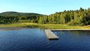Ein klassischer Steg am See in Schweden.
