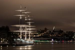 Tanken in Schweden kann man viele Eindrücke unter anderem bei Nacht in Stockholm, wie mit dem Segelboot auf dem Foto.
