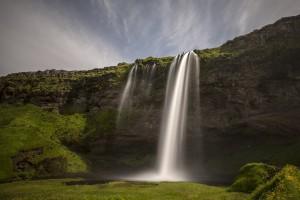 Der Seljalandsfoss-Wasserfall in Island lässt viele neue Eindrücke Tanken in Island.