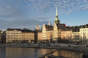 Die Altstadt von Stockholm. Wer das Land mit dem Auto erkundet sollte sich über das Tanken in Schweden informieren.