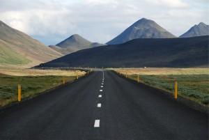 Die Straßen in Island können asphaltiert sein oder aber auch nur durch Schotter gedeckt sein.