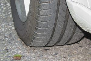 Der Abnutzungsanzeiger auf dem Reifen sollte nicht gleich hoch mit dem Profil sein.