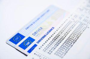 Zum Erwerb des Führerscheines ist neben der theoretischen und praktischen Prüfung auch die Teilnahme an einem Erste-Hilfe-Kurs und ein Sehtest nötig.