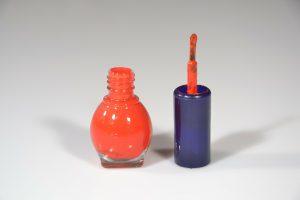 Lackstifte ähneln kleinen Flaschen mit Nagellack. Häufig sind die Pinsel der Reparaturset leider ähnlich grob.
