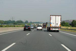 Zu den Fahranfängertipps gehört, dass man sich nicht zum Rasen provozieren lassen sollte. Hier droht Gefahr für die Verkehrssicherheit und eine Verlängerung der Probezeit.
