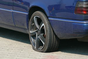 Reifendruck kontrollieren hilft beim Sprit sparen und senkt den Verschleiß des Autoreifens.