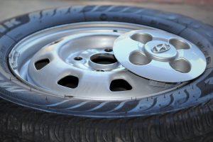 Beim Reifenwechsel sollte der Reifen flach auf den Boden gelegt werden, damit er nicht wegrollt. Auch der Zustand der Reifen muss überprüft werden.
