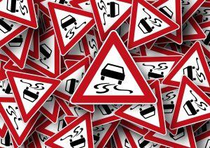 Für den theoretischen Teil der Führerscheinprüfung gilt es viele Verkehrsschilder und deren Bedeutung zu kennen.