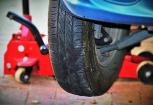 Zum Reifenwechsel ohne Hebebühne wird ein Wagenheber benötigt.