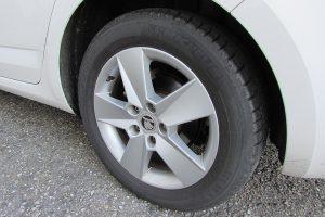 Schon mit einfachen Mitteln wie dem richtigen Reifendruck kann man Sprit sparen.