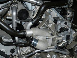 Der Luftmassenmesser befindet sich direkt hinter dem Luftfilterkasten und ist mit einer Schelle am Luftansaugschlauch befestigt.