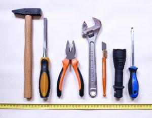 Man kann den Luftmassensmesser mit einfachem handeslüblichen Werkzeug austauschen.