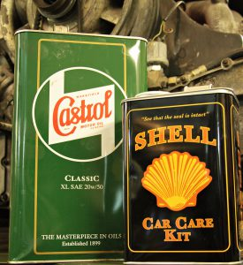Motoröl ist wichtig für die Schmierung des Motors und in ihm enhaltenen beweglichen Teile.