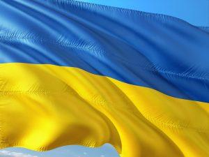 Tanken in der Ukraine und Dinge die man beim Autofahen in der Ukraine beachten sollte. Die Flagge der Ukraine in Blau und Gelb.