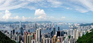 Hongkong bietet eine Skyline mit vielen Wolkenkratzern.