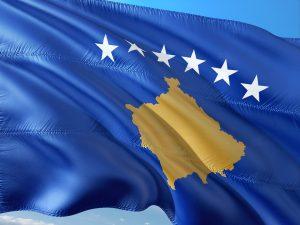 Die Landesfahne und -karte des Kosovo.