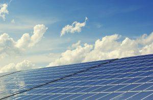 Mit Hilfe von Solarstrom kann auch synthetischer Kraftstoff ohne Biomasse gewonnen werden.