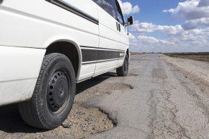 Auf den Straßen von Kasachstan muss man mit Schlaglöchern rechnen.