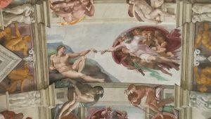 Die Decke der saaixtinischen Kapelle mit der Erschaffung Adams gemalt von Michelangelo.